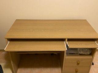 Sprzedam biurko z wysuwanymi pólkami oraz dwiema szufladami.
