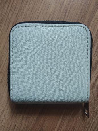 Mały jasny miętowy portfel kieszonkowy dziewczęcy firmy sinsay