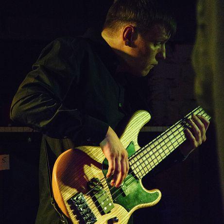 Басист (бас гітарист) в кавербенд