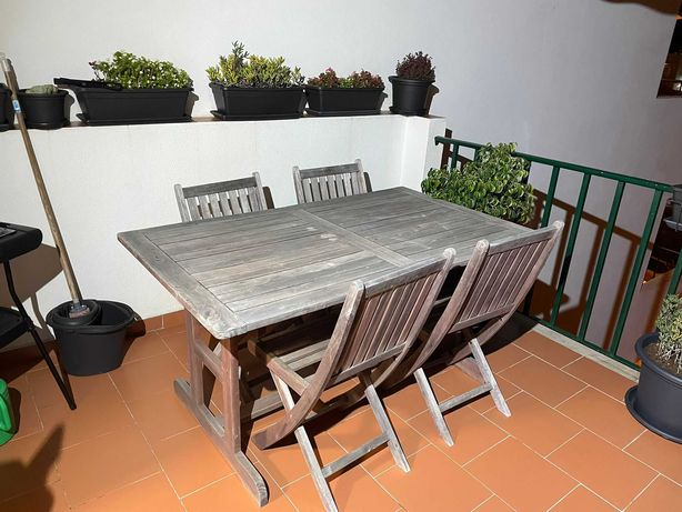 Mesa de madeira extensível + 4 cadeiras de exterior