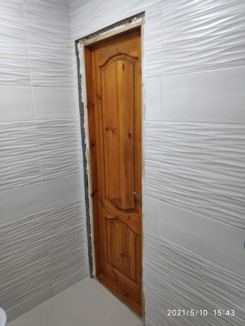 Двері в вану кімнату.