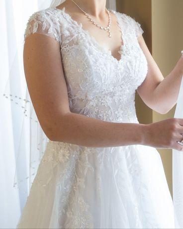 Delikatna biało-srebrna suknia ślubna
