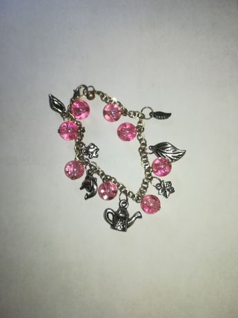 Bransoletka z różowymi koralikami i srebrnymi zawieszkami