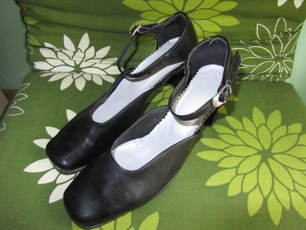czarne buty na obcasie z zapięciem