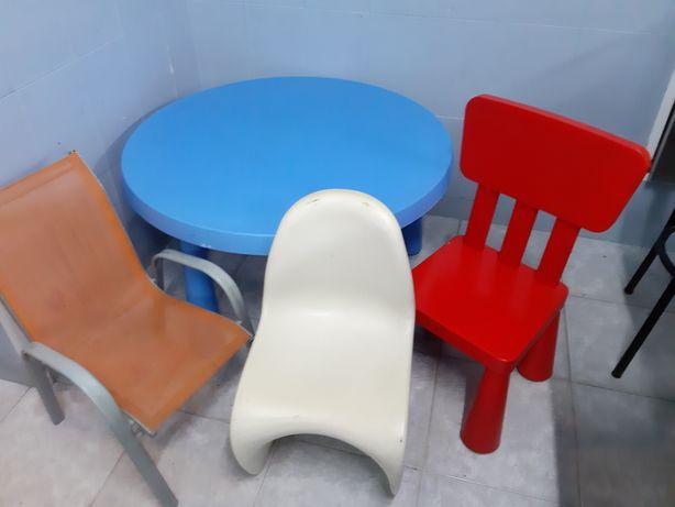 Mesa de crianca + 3 cadeiras