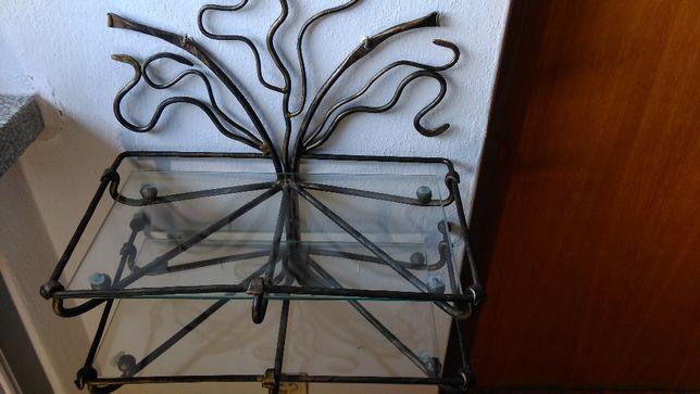 Półka z metaloplastyki ze szkłem.