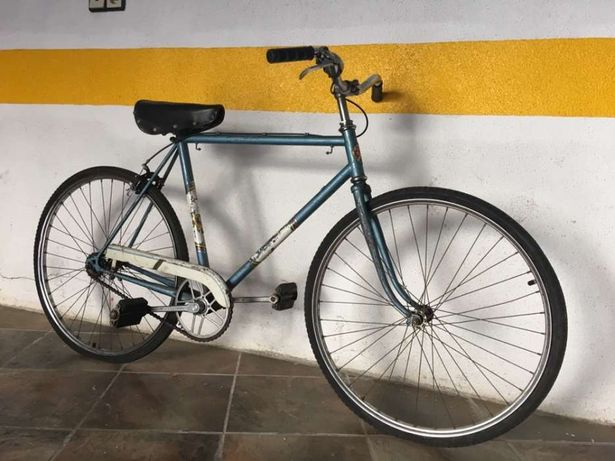 Bicicleta antiga reparada em excelente estado