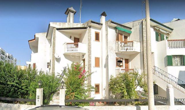 Moradia de 3 pisos, 233 m2, com 4 quartos, 3 salas, 4 WC, quintal