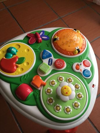 Mesa de actividades para bebés