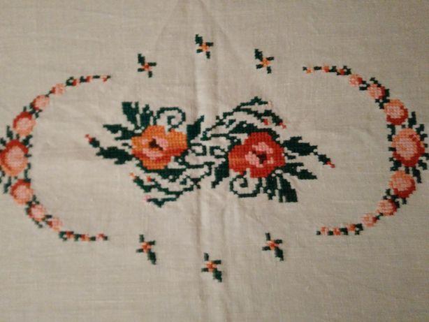 piękny lniany ręcznie haftowany krzyżykami bieżnik na stolik