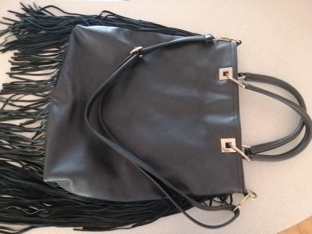 czarna torebka frędzle
