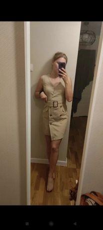 Sukienka Mohito bawełna beżowa jak marynarka z guzikami jasna eleganck
