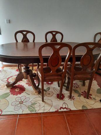 Mesa em castanho com 4 cadeiras