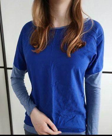 Niebieska koszulka w stylu nietoperza z innym przodem