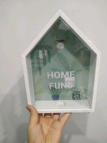 Biała skarbonka drewniana home fund