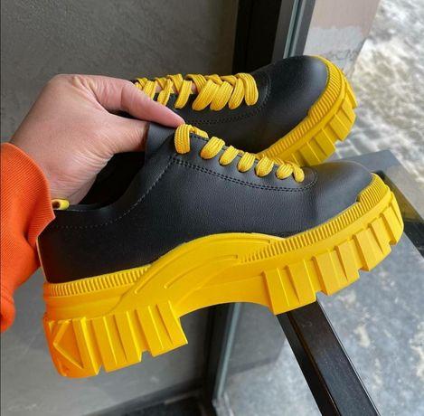 Женские желто-черные кроссовки на платформе