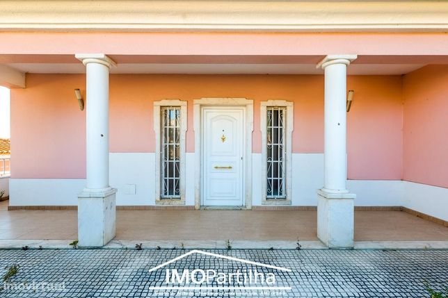 Oferta escritura - Moradia em Covas (Rio-de-Mouro) - Excelentes áreas