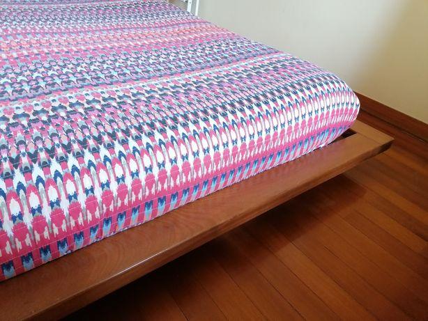 Cama de casal da FutonLine, estilo japonês, em mogno maciço.