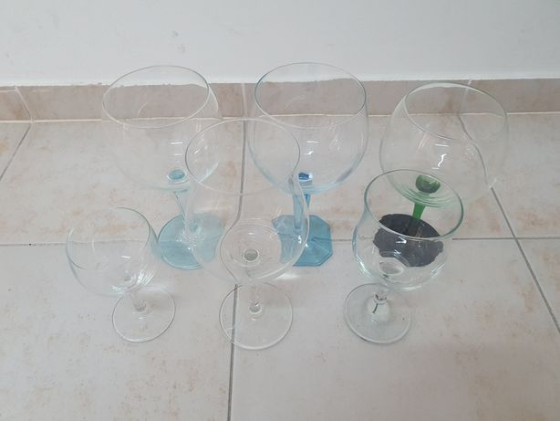 3 copos de Gin, 1 de vinho, 1 de água e um de aperitivo