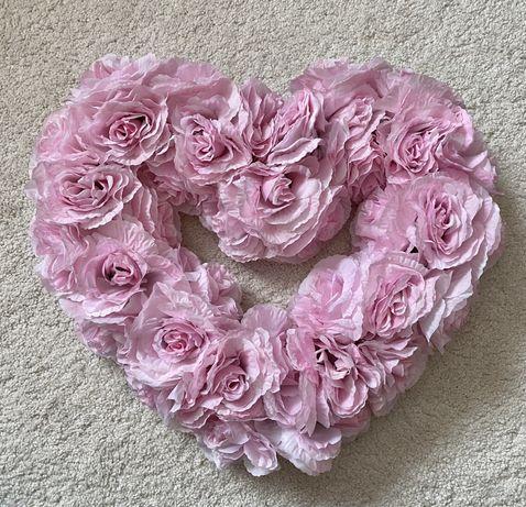 Декор на свадебную машину розовое сердце из цветов
