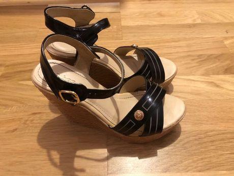 Nowe sandały na koturnie z czarnymi paskami