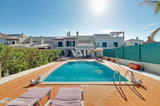 VILAMOURA - Moradia V3+1 geminada com piscina privada