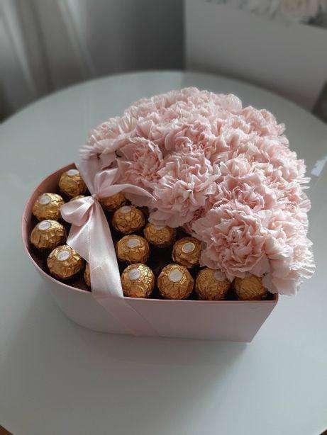 Prezent na walentynki flowerbox serce z żywych kwiatów i czekoladkami