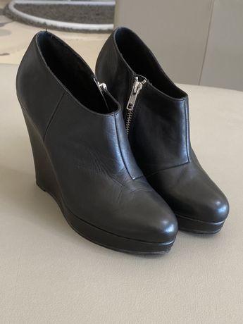Buty na koturnie ze skóry