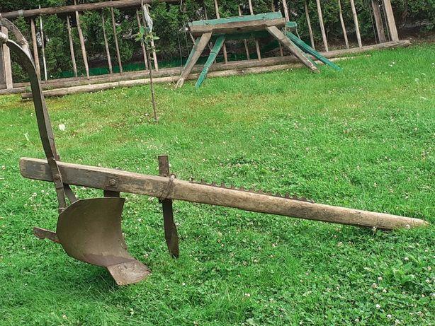 Stary pług-zabytek dekoracja do ogrodu
