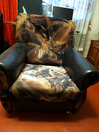 Два кресла одинаковых