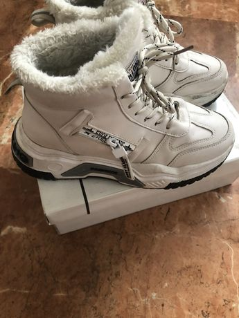 Теплые кроссовки 37 размера, 500 рублей,  на них стоит 38 размер, а ид