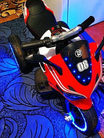 Мотоцикл трьохколісний на акумуляторі
