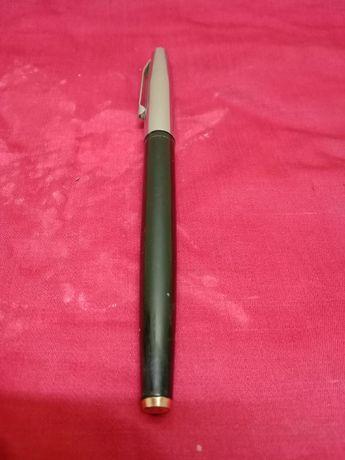 Перьевая ручка с золотым пером.