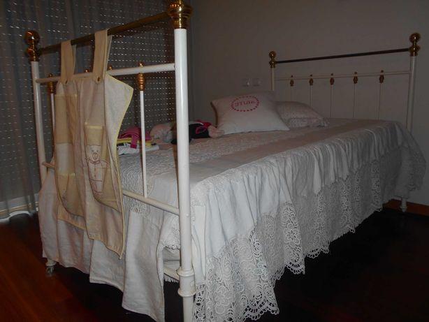 Cama de ferro branca e ferragens douradas com estrado e colchão novos.