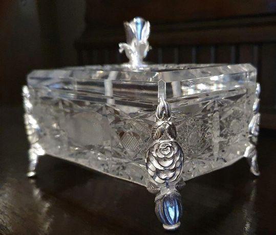 Kryształowa szkatułka w srebrnym koszyczku