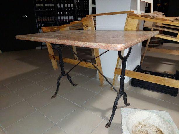 Mesa em ferro com tampo de pedra mármore.