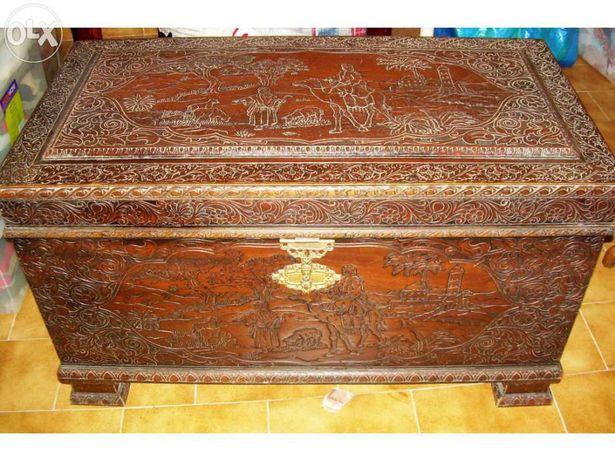 Arca em madeira de cânfora toda esculpida