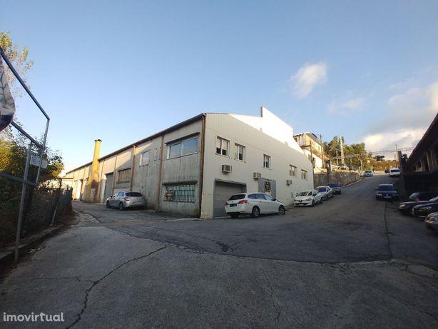 Pavilhão / Armazém com 650m+ 2 portões + furo de água + 3 escritórios