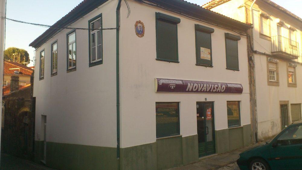 Casa com habitação e comércio, no centro de Tarouca