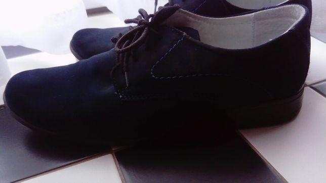 Eleganckie granatowe buty.