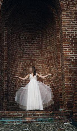 Suknia ślubna. V dekolt.