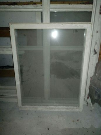 Okna drewniane z ramami.