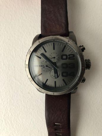 Relógio Diesel em pele castanha