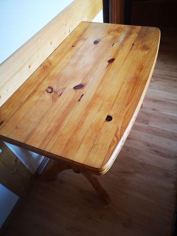 Drewniany stół do pokoju salonu
