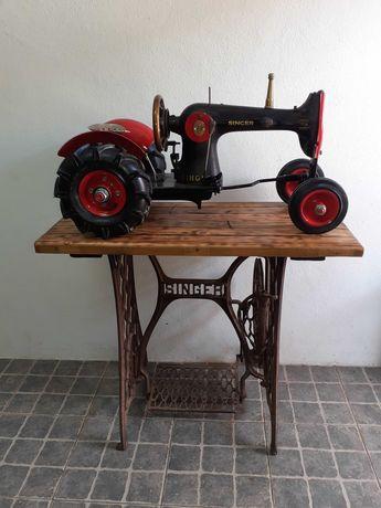 Trator e mesa de maquina de costura singer