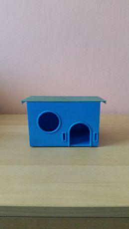 Akcesoria dla chomika : 2 domki, pojemniki na wodę, żywność.