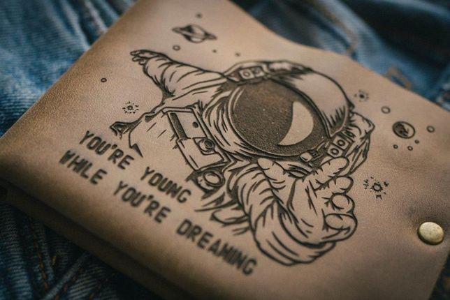 Мужской кошелек портмоне COSMO с рисунком, с гравировкой ТатуНаКоже