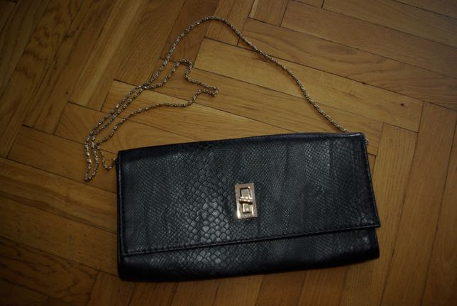 Czarna torebka kopertówka na łańcuszku wężowa