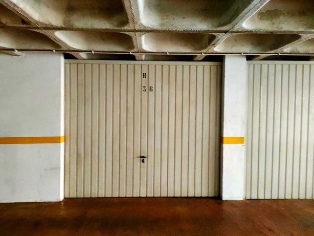 Garagem interior com acesso direto ao exterior.