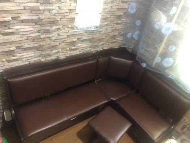 Продам кухоный уголок со столом и 2 стульями